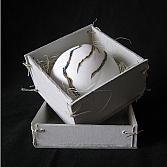 Kom in doosje | porselein, karton | h. 8, b. 13, d. 13 cm.